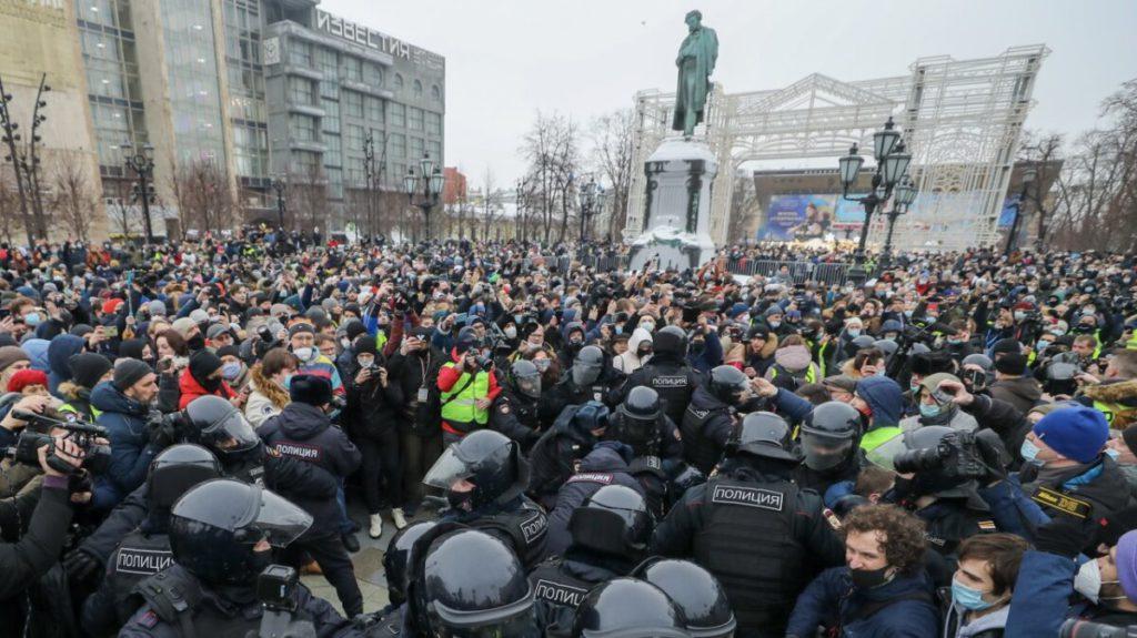 Демонстрации протеста, прокатившиеся по России 23 января, стали крупнейшими за долгие годы, и по численности, и особенно по географическому охвату. Участие в них приняли десятки (по данным организаторов – сотни) тысяч человек.