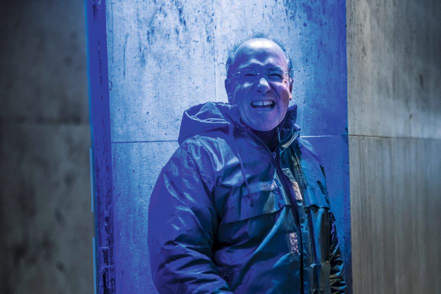 Воскресенье, 27 декабря. 2020 год подходит к концу, и писатель-фантаст Ален Дамазио едет в Бретань в творческий отпуск. Корреспондент еженедельника L'Humanité Dimanche встретился с ним непосредственно перед отъездом, в течение двух часов сначала сопровождал на фотосессии, проходившей в заброшенном торговом центре в районе Монпарнаса, а затем долго беседовал с ним уже в здании вокзала. Энергичный, полный жизненных сил писатель-фантаст с неизменной увлечённостью рассуждает о мире и способах борьбы.