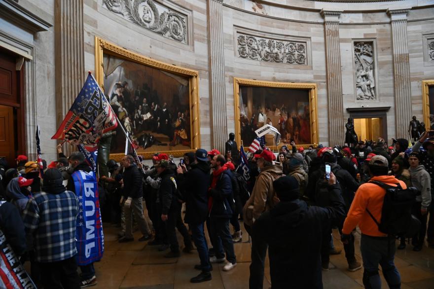 Несколько десятков сторонников поверженного президента ворвались в здание американского парламента, и сорвали утверждение итогов голосования, закрепляющего победу Джо Байдена.