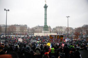 Мобилизация против законопроекта, предложенного исполнительной властью, продолжается. Несмотря на спад общественного напряжения, вызванный рождественскими и новогодними праздниками, протесты не ослабевают – в Париже собрались десятки тысяч людей. Всех тревожит авторитарный крен власти, которая навязывает всё больше законов, ущемляющих свободу.