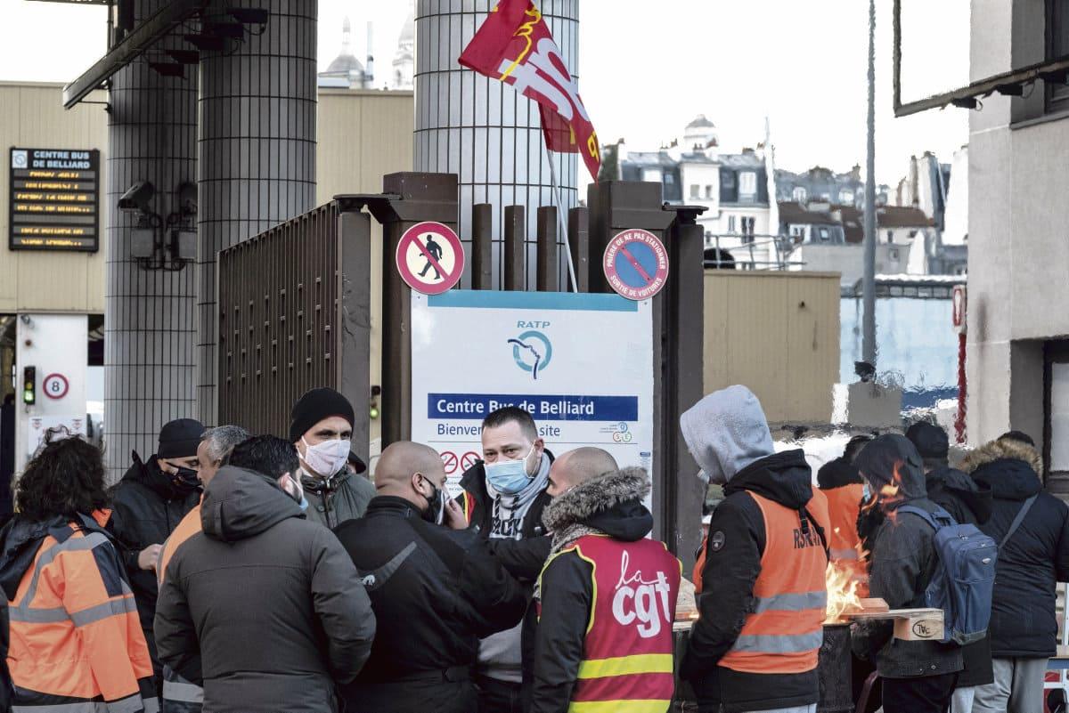 Работники государственной транспортной компании провели 17 декабря протестную акцию против приватизации транспортной сети парижского региона. По мнению представителей профсоюзов, это первый шаг к объединённой и продолжительной борьбе.
