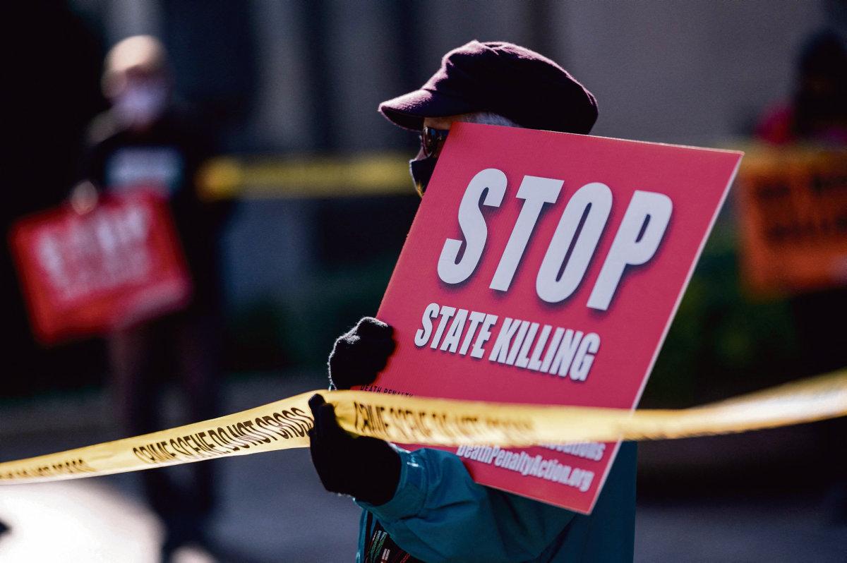 В США, где, несмотря ни на что, преобладают тенденции к отмене смертной казни, и где федеральные сейчас практически не казнят преступников, мрачное «наследие» дискредитировавшего себя президента даёт о себе знать.
