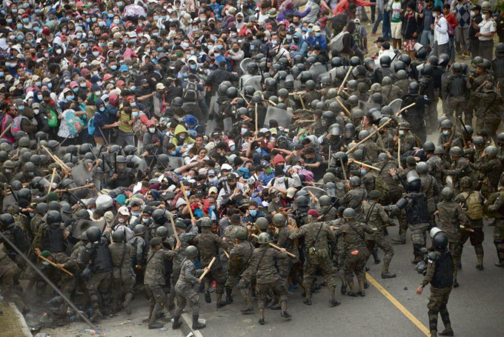 17 января армия Гватемалы попыталась остановить тысячи гондурасских мигрантов на пути к США. Они бегут из своей страны, спасаясь от нищеты, насилия и санитарного кризиса.