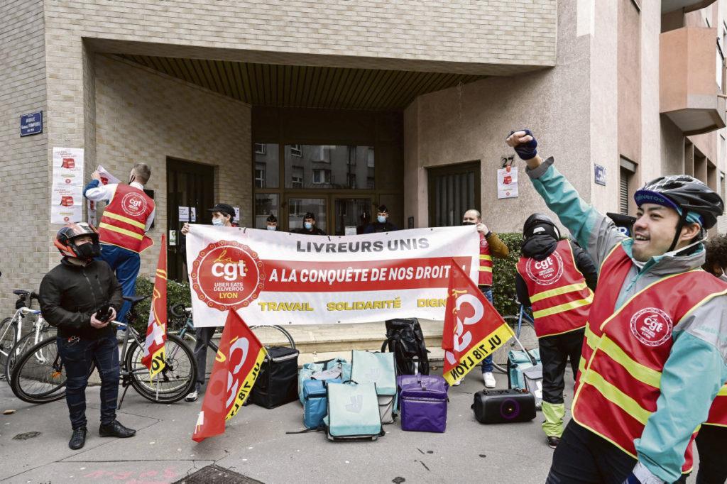 В пятницу в Лионе, как и во многих городах Франции, каторжники онлайн-платформ доставки еды провели протестные акции, чтобы защитить свои права. Они протестуют против незаконной блокировки своих аккаунтов.