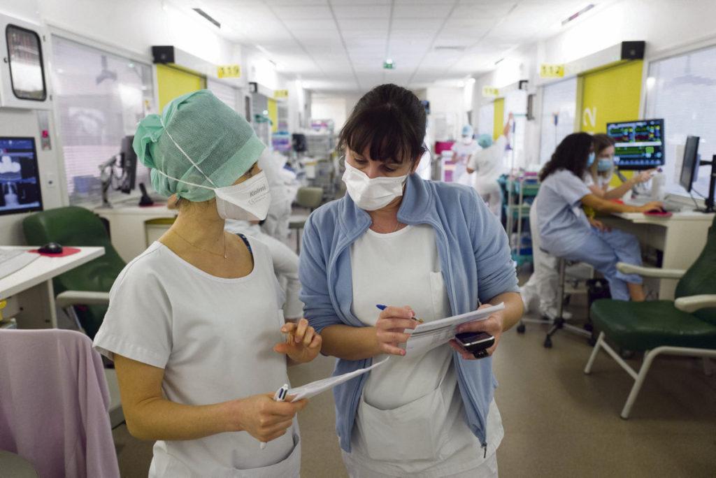 Руководство вспомогательного персонала больниц, обычно незаметное, выходит из тени, чтобы потребовать уважения к медикам в период санитарного кризиса.