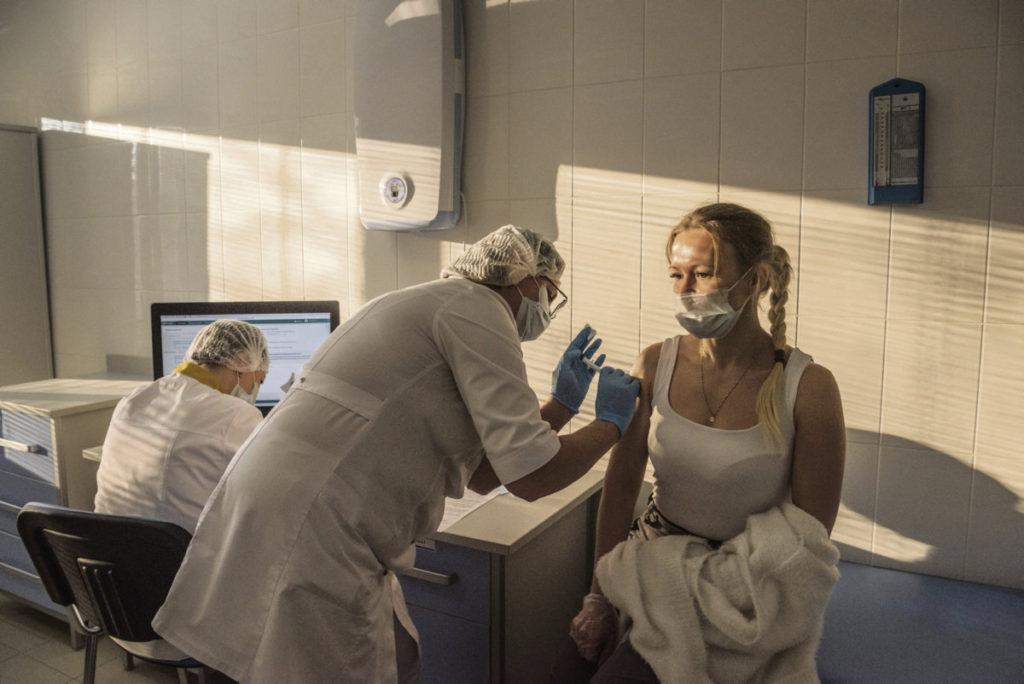 Согласно информации, подтверждённой экспертами, российская вакцина продемонстрировала исключительную эффективность, намного опередив препарат компании AstraZeneca, который задумывался как массовая вакцина для Европы. Российский препарат может в корне изменить ситуацию.