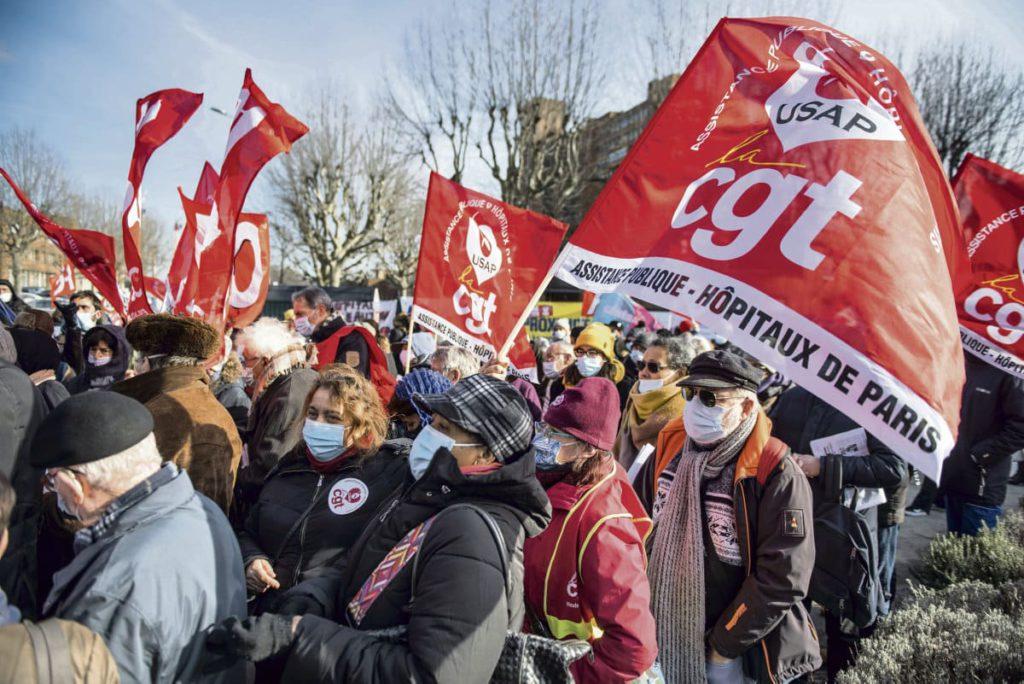 В четверг перед больницей Божон собрались медработники и политики. Они выразили несогласие с запланированным закрытием учреждения системы здравоохранения в рамках реализации проекта Grand Paris Nord.