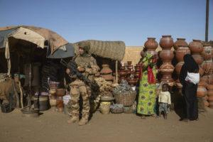 15 февраля в Чаде открывается саммит государств-членов Сахельской группы пяти. Париж отчаянно пытается найти способ вывести 5 000 солдат, дислоцированных на огромной территории, сопоставимой по площади с Европейским союзом, после восьми лет бессмысленной войны и военной оккупации.