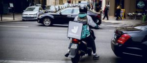 Наказан за то, что работаешь: легко ли быть доставщиком еды во Франции?
